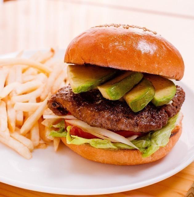 ラグジュアリーホテルだからこそ、客室の時間を楽しんで。ルームサービスの代表メニュー・ハンバーガーを食べ比べ。【DRESS×Tablet】