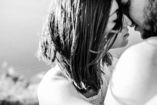 セフレを好きになり辛い……本命に昇格できる? 対処法や恋愛テクを紹介