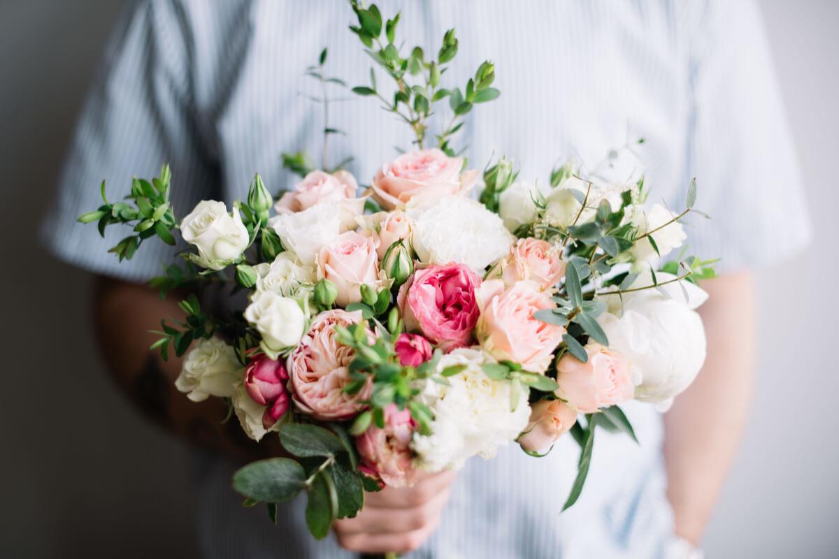 彼氏から花束を贈られたとき、モテ女は喜びを3回アピールする