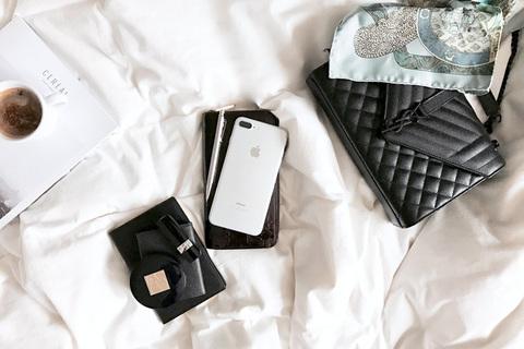 小さなバッグを選べば荷物が減る。軽やかな動きが幸運を呼ぶ