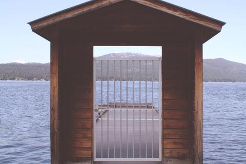 本棚は別世界への入口。推理の海を漂う時間は愛おしい【本棚百景#2】