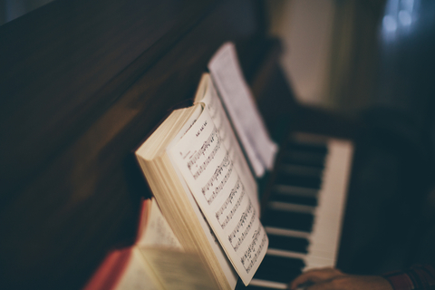 ピアノ講師の本棚は音楽とつながる箱【本棚百景#3】