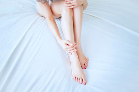 """""""足の甲とかかと""""をマッサージ。ふくらはぎのむくみは改善する"""