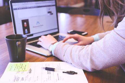 個人型確定拠出年金、加入時は「手数料」で金融機関を決めて