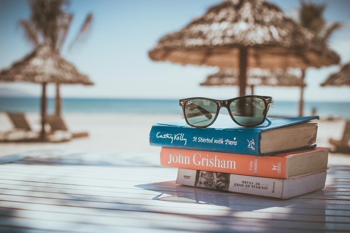 ふたりとも本好き。のんびり共働き夫婦の本棚【本棚百景#5】