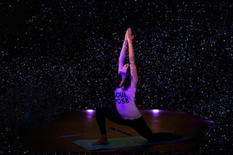 暗闇ヨガスタジオが提供する「プラネタリウムヨガ」を七夕に体験