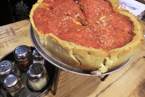 衝撃の見た目! 極厚10cmのアメリカンなグルメピザに挑戦【オトナの美旅スタイル #25】