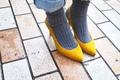 【おしゃれびとスナップ#20】靴下×パンプスで、レディとガールのあいだ