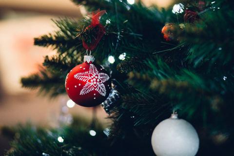 【恋愛心理テスト】クリスマスツリーのオーナメントで占う秘密の恋