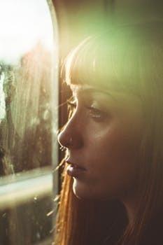 電車の窓に映る自分の顔がひどい。でも直視すべきふたつの理由
