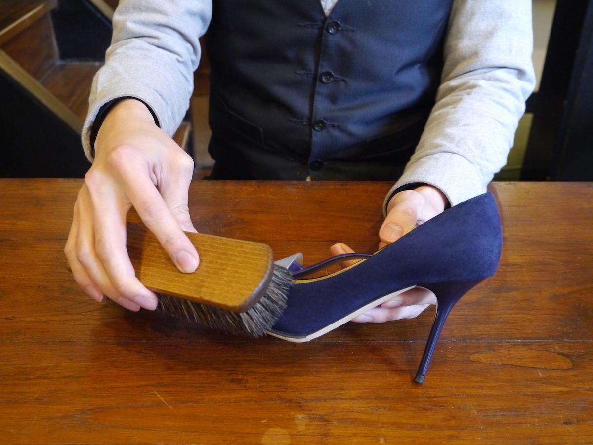 スエード靴のお手入れ方法。専用ブラシと防水スプレーがあればいい。