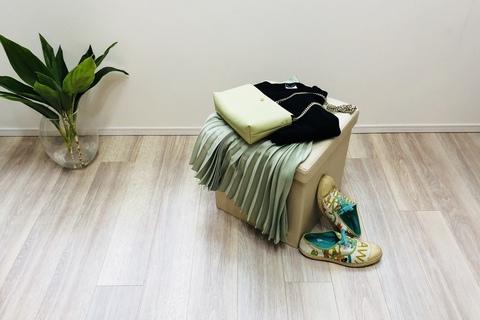 H&Mのプリーツスカートが美ライン。スニーカーと合わせました