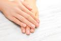 ささくれ予防にワセリンを。皮膚科医に聞いたシンプルな指先ケア法