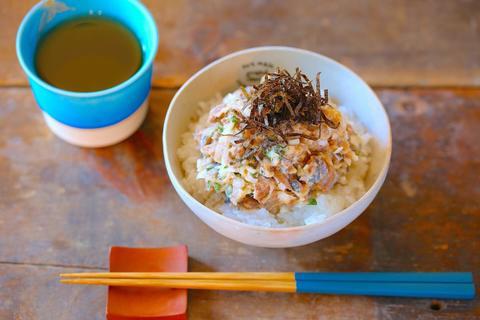 箸が止まらない! 混ぜるだけの超簡単「サンマヨ丼」の作り方