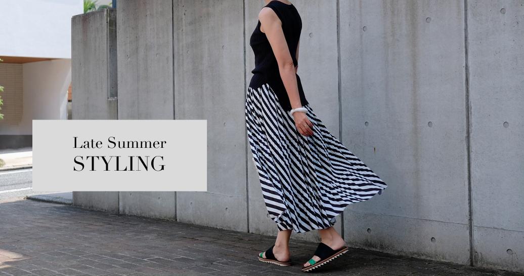 新定番・マキシ丈プリーツスカートで、頑張りすぎない大人の夏コーデ