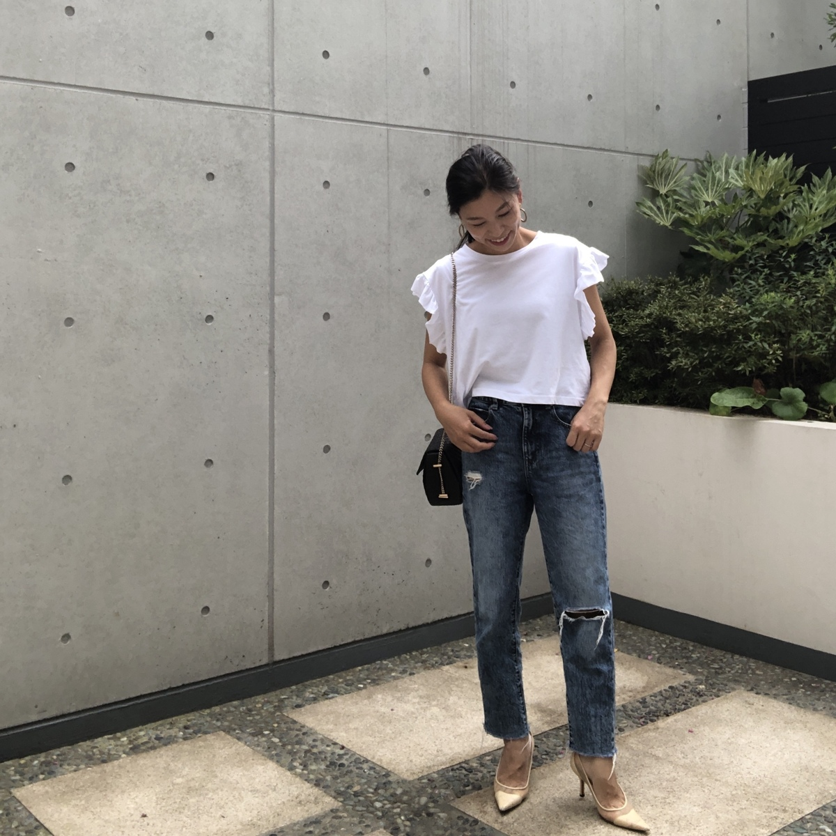 白のフリルTシャツとコーデ