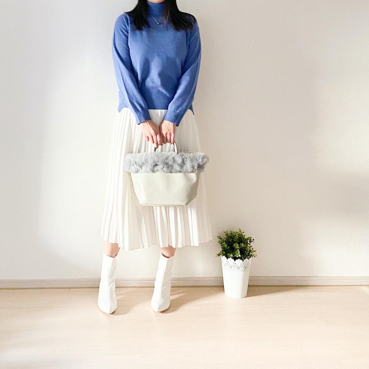 白のプリーツスカートコーデ