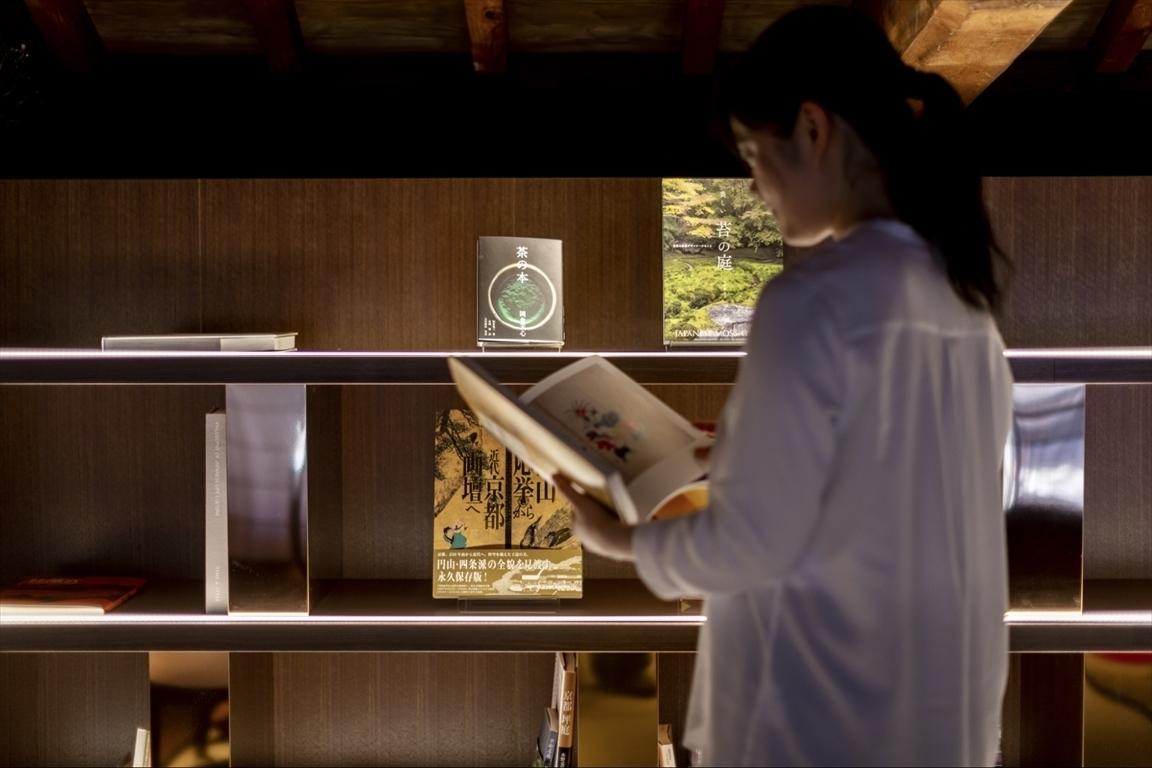 京文化に関する資料やデザイン書を備えたライブラリー