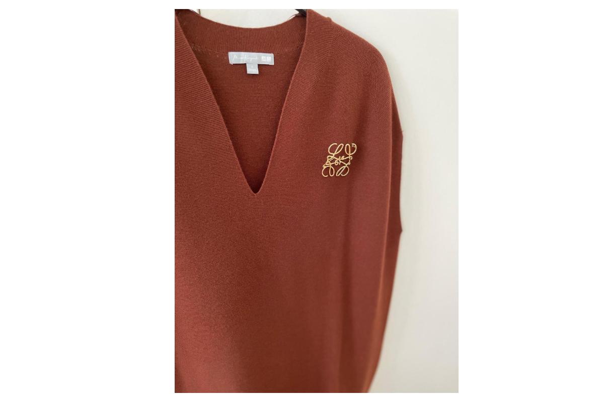 ブラウンのお洋服にアナグラムブローチ
