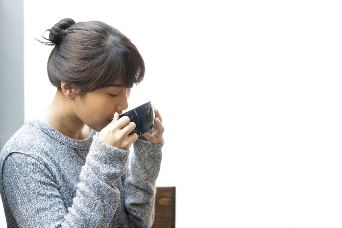 コーヒーを飲んでリラックスする女性