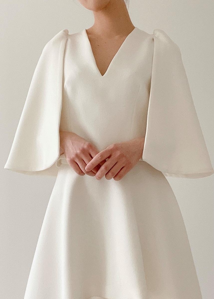 ケープスリーブレスのドレス