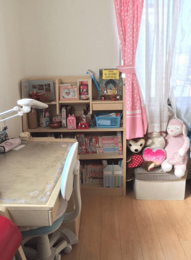 ピンクと白木に囲まれた妹さんのお部屋