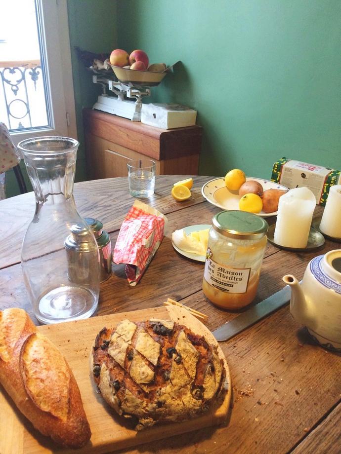 パリの朝食はバゲットと田舎パン