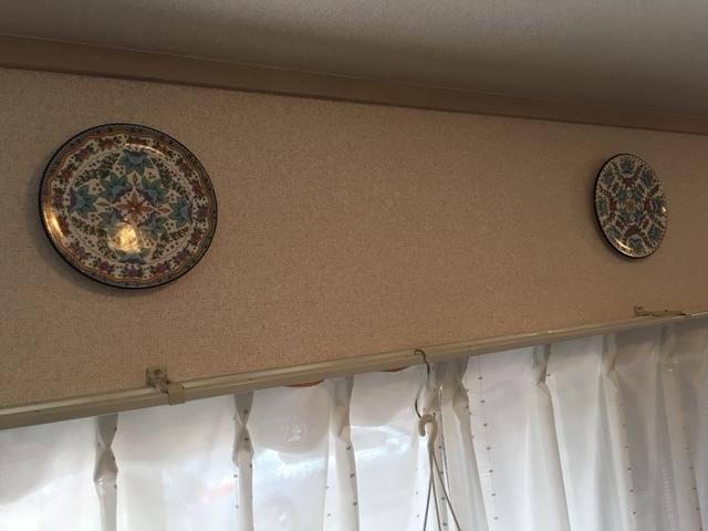 狭い部屋を広く使うためにお皿を飾る