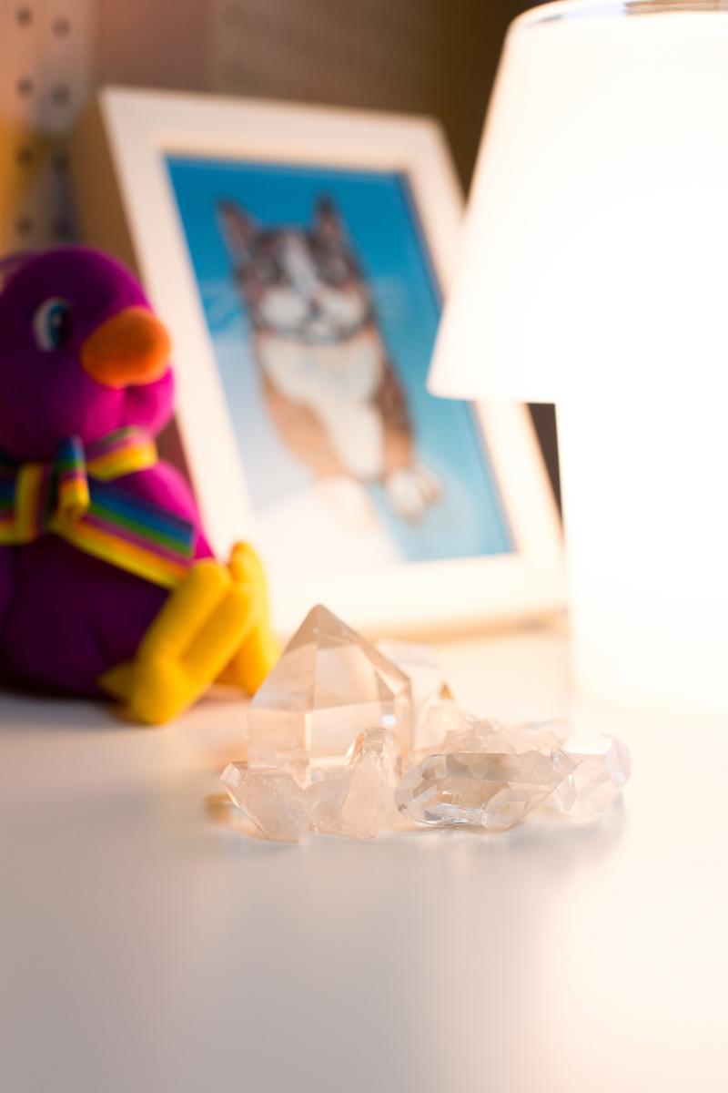 勉強机の上に水晶が置いてあり、それをランプが照らしている。
